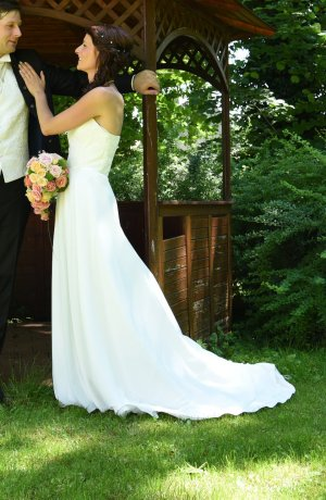 Hallo liebe Mädels die auf der suche nach dem richtigen Brautkleid sind!!!