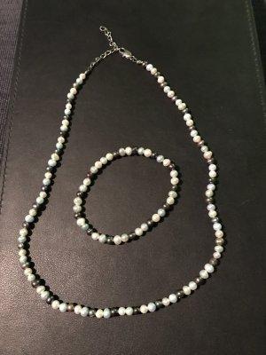 Hals- und Armkette aus Perlen