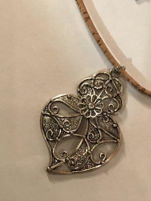 Halsband aus Leder mit filigranem Anhänger, dazu passende Ohrhänger mit Motiv Eule