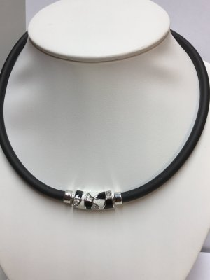 Collar blanco-negro
