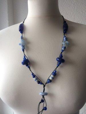 Halskette aus blauen Perlen Meer