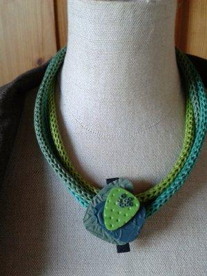 Halskette aus Kunstwerkstatt LH in abgestimmten Blau-Grüntönen