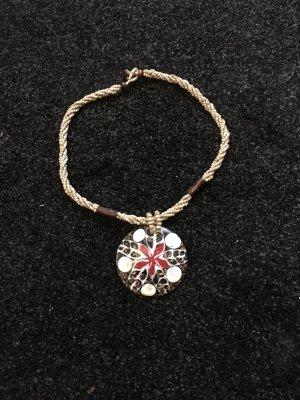 Halskette aus Muschel und Perlen