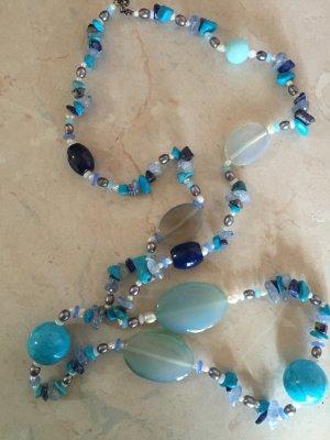 Halskette in verschiedenen Blautöne.