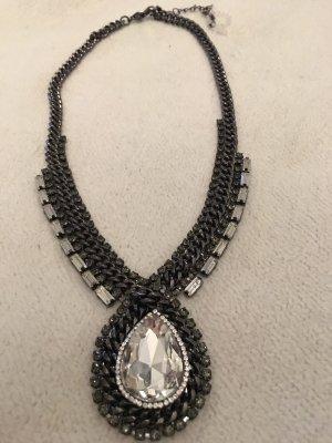 Collar gris-color plata