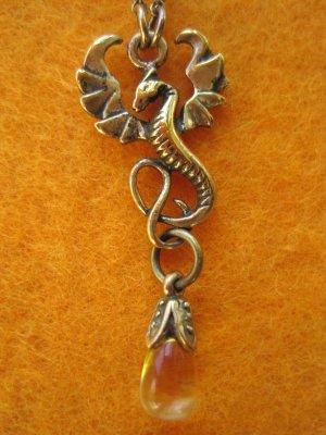 Halskette mit Drachenanhänger und Stein