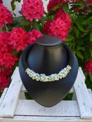 Halskette mit hell-grauen Howlith