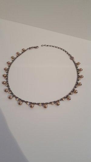 Halskette mit Perlen und Steinchen