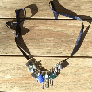 Halskette mit vielen Teilen