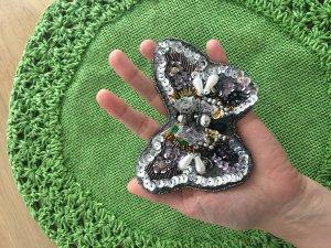 Handgefertigte Brosche Schmetterling sus Perlen und Pailletten