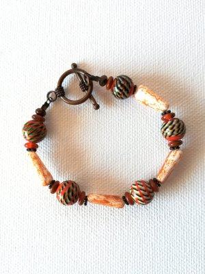 Handgefertigtes Armband mit orange-grünen Steinen und einem schönen Verschluss in Kupfer