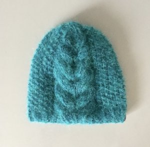 Handgestrickte Mütze mit Seide