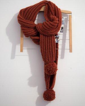Handgestrickter Schal mit Oversize-Bommeln in tangerine