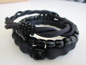 Handmade 3er Set Armreifen aus Seide und Glasperlen handbestickt schwarz