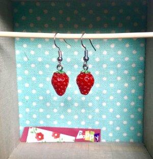 Handmade und ausgefallene Ohrringe mit Erdbeeren für den Sommer ☀️