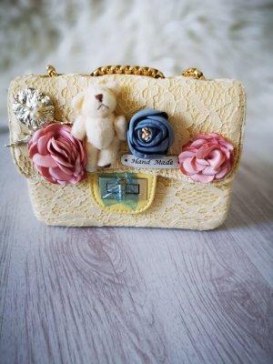 Handtasche aus Häkel Spitze mit BÄRCHEN + BLUMEN Flower und PERLEN und Gold Abendtasche Kettenriemen Partytasche Umnhängetasche Schultertasche Blogger Tasche Hand Made