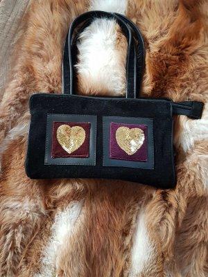 Handtasche im Velours mit Herzen