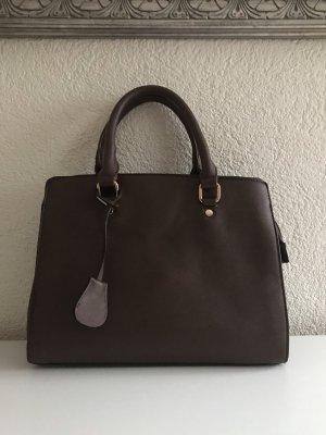 Bolso con correa marrón oscuro