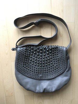 Handtasche mit abgerundeten Nieten rockig elegant