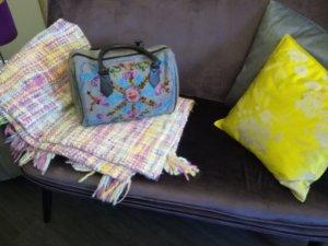 Handtasche mit angesacktem Stickmuster