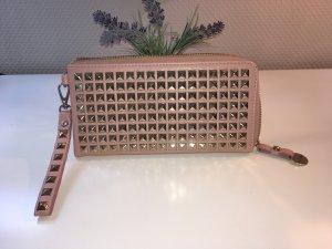 Handtasche mit goldenen eckigen Nieten, von Hallhuber, rosé, in lederoptik.