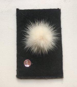 Handyhülle aus Filz in schwarz mit weißem Bommel iPhone 4 und 5
