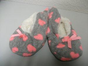 Hausschuhe / Bettschuhe, weich, grau mit rosa Herzen, Gr. 36-38 - NEU