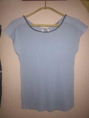 hell blaues T-shirt mit Perlen