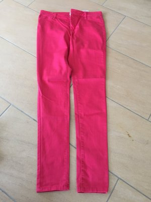 Hell rote Röhrenjeans