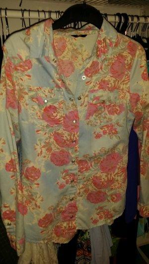 hellblau geblümtes hemd