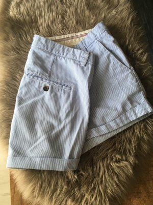 hellblau gestreifte Shorts