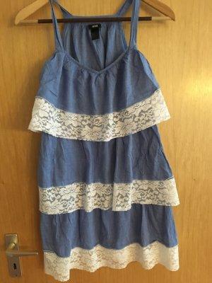 Hellblau-weißes Sommerkleid