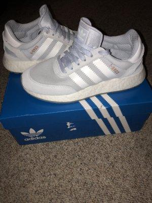 Hellblaue Adidas Sneaker