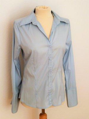 Hellblaue Bluse leicht tailliert