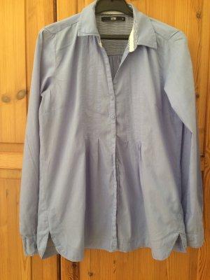 Hellblaue Bluse mit kleinen Falten