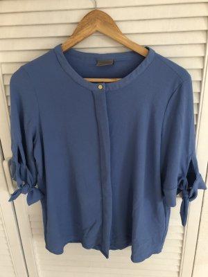 Hellblaue Bluse mit Schleifen