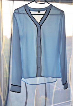 Hellblaue Bluse mit Schwarzen Details