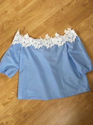 Hellblaue Bluse mit Spitzenrand