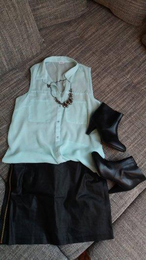 Hellblaue Bluse, transparent