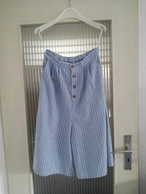 Hellblaue Culotte mit feinen weißen Streifen