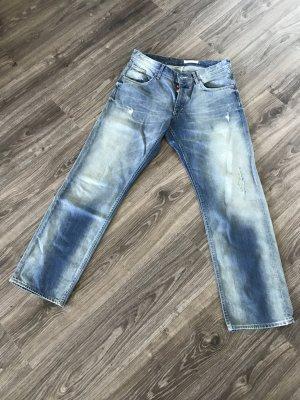 hellblaue jeans in usedoptik
