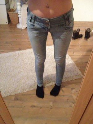 Hellblaue Jeans mit 3 Knöpfen