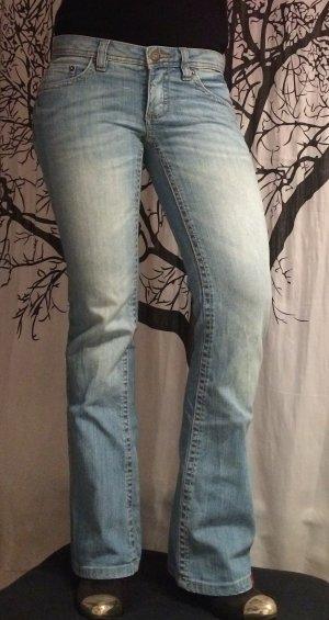 Hellblaue Jeans mit leichtem Schlag