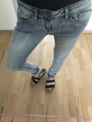 Hellblaue Jeans mit Nieten in XS