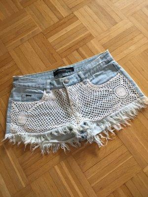Hellblaue Jeans Shorts mit Häkel-Detail