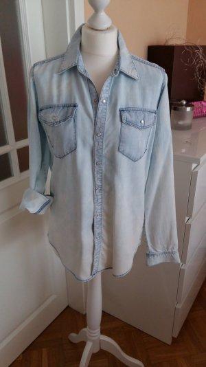 hellblaue Jeansbluse mit Brusttaschen