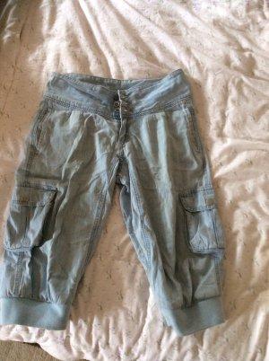 Hellblaue knielange Baggy Jeans