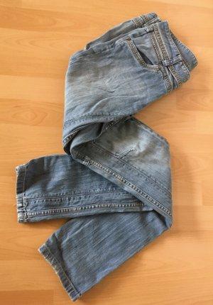 hellblaue Röhren-Jeans