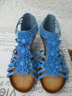 hellblaue Sandalen mit kleinem Holzabsatz und geflochtenen Blumenapplikationen