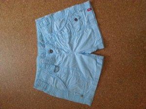 Hellblaue Shorts